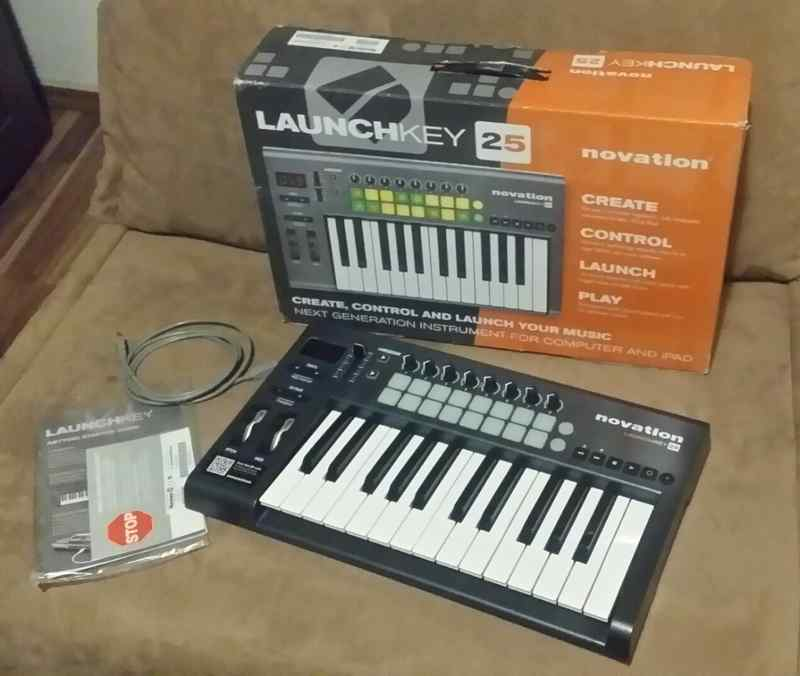 NOVATION Launchkey 25 MIDI keyboard
